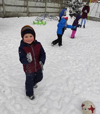 zimowe-zabawy-zabek-w-ogrodzie-11