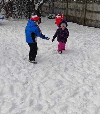 zimowe-zabawy-zabek-w-ogrodzie-13