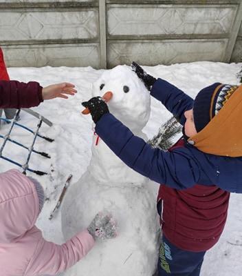 zimowe-zabawy-zabek-w-ogrodzie-17