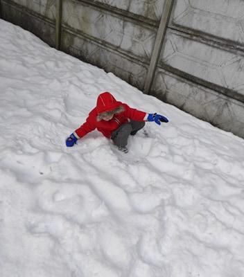 zimowe-zabawy-zabek-w-ogrodzie-31