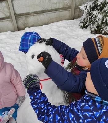 zimowe-zabawy-zabek-w-ogrodzie-33