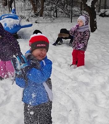 zimowe-zabawy-zabek-w-ogrodzie-34