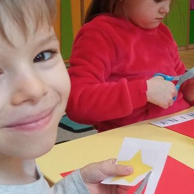 przedszkolaki-pracuja-z-papierem-15
