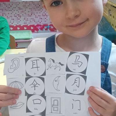 Przedszkolaki pracują z papierem 35