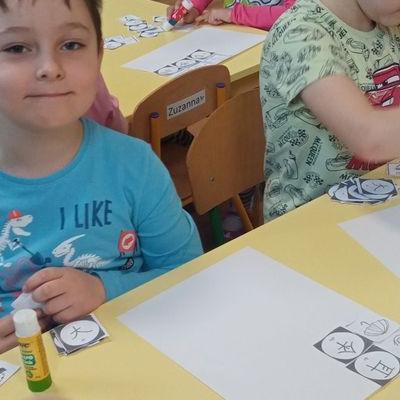 Przedszkolaki pracują z papierem 33