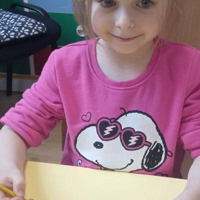 Przedszkolaki pracują z papierem 32