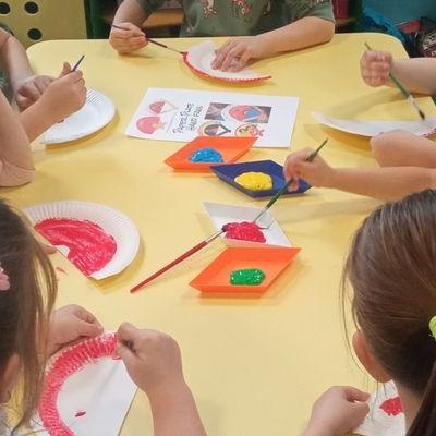 Przedszkolaki pracują z papierem 24