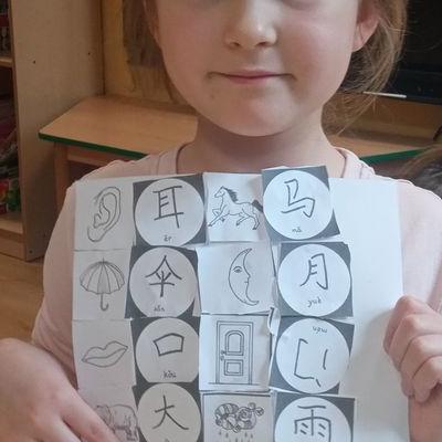 Przedszkolaki pracują z papierem 20