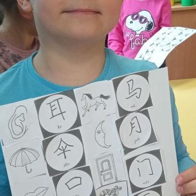 Przedszkolaki pracują z papierem 16