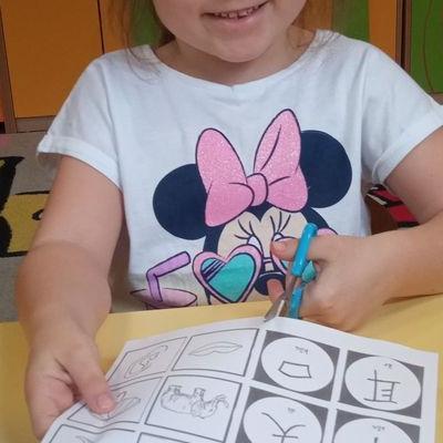 Przedszkolaki pracują z papierem 14