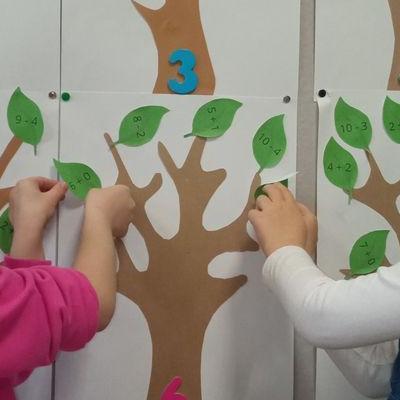 Przedszkolaki pracują z papierem 13