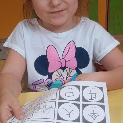 Przedszkolaki pracują z papierem 11