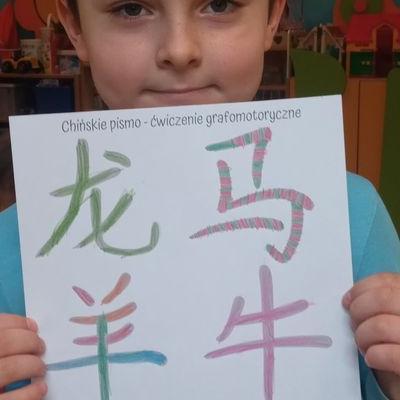 Przedszkolaki pracują z papierem 10
