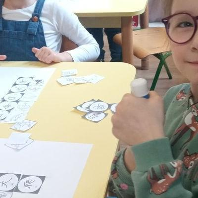 Przedszkolaki pracują z papierem 51