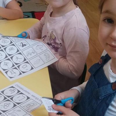 Przedszkolaki pracują z papierem 7