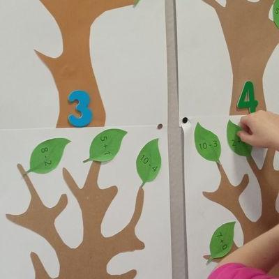 Przedszkolaki pracują z papierem 8