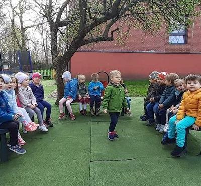 Przedszkolaki na placu zabaw 2
