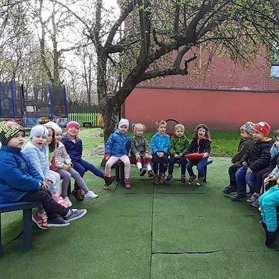 Przedszkolaki na placu zabaw 3