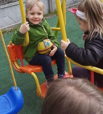 Przedszkolaki na placu zabaw 8