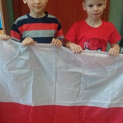 Przedszkolaki z flagą 13