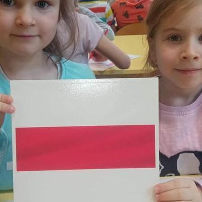 Przedszkolaki z flagą 28